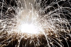 Abstraktes Bild eines explodierenden Feuerwerks in der Nacht Stockbilder