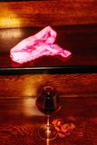 Abstraktes Bild eines Glases des Weins und des Bikinis Lizenzfreie Stockfotos