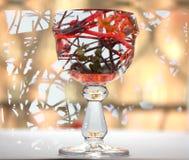 Abstraktes Bild eines Glases Weins Süßigkeit in einem Glas Hintergrundstrauch mit Beeren Lizenzfreie Stockbilder