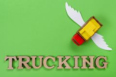 Abstraktes Bild eines LKWs mit Flügeln und ein Wort des LKW-Transportes Frachttransport der Zukunft Lizenzfreie Stockfotos