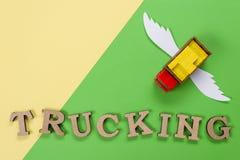Abstraktes Bild eines LKWs mit Flügeln und ein Wort des LKW-Transportes Frachttransport der Zukunft Stockfotografie