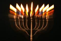 abstraktes Bild jüdischen Feiertag Chanukka-Hintergrundes mit menorah u. x28; traditionelles candelabra& x29; und brennende Kerze Stockfoto