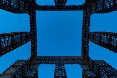 Abstraktes Bild, Metallbau von geometrischen Formen auf einem blauen Hintergrund vektor abbildung