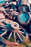 Abstraktes Bild mit alten hölzernen Fässern Alkohol und Rädern vom Wagen lizenzfreies stockfoto