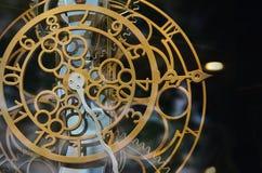 Abstraktes Bild mit mechanischen Uhren des ungewöhnlichen und merkwürdigen Designs Metallzusammensetzung, wie ein Uhrwerk Lizenzfreie Stockfotografie