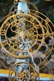 Abstraktes Bild mit mechanischen Uhren des ungewöhnlichen und merkwürdigen Designs Metallzusammensetzung, wie ein Uhrwerk Lizenzfreies Stockbild