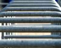 Abstraktes Bild mit niedriger Schärfentiefe ( DOF) von den Reihen von Eingängen zu einer Arena getrennt durch Metallklammern Stockfotografie