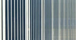 Abstraktes Bild mit niedriger Schärfentiefe ( DOF) von den Stangen einer Sperre vor einem Sportstadion Stockfoto