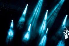 Abstraktes Bild mit Strahlen des farbigen Lichtes in der Dunkelheit Stockfotos