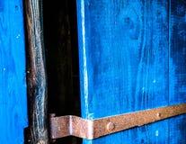 Abstraktes Bild, Schnitt einer blauen alten Holztür Lizenzfreies Stockfoto