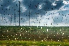 Abstraktes Bild von schmutzigen Regen-Tropfen auf Glasumweltverschmutzungs-Problem-Ökologie-Konzept Stockfotos