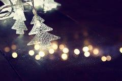 Abstraktes Bild von Weihnachtsbaum-Girlandenlichtern Stockfotos