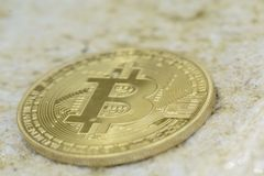 Abstraktes bitcoin unter Wasser und verwischt stockfotos