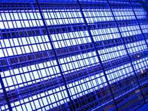 Abstraktes blaues industrielles Rasterfeld, Industriebeleuchtung, Stockfotografie