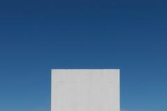 Abstraktes Blockformgebäude im blauen Himmel Stockfoto