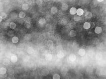 Abstraktes bokeh beleuchtet grauen und Weiß unscharfen Hintergrund des Hintergrundes, glänzende unscharfe Lichter für Weihnachtsh Lizenzfreies Stockfoto