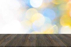 Abstraktes bokeh des Lichtes mit hölzerner Terrasse Stockfotos
