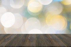 Abstraktes bokeh des Lichtes mit hölzerner Terrasse Stockfoto