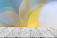 Abstraktes bokeh des Lichtes mit weißer hölzerner Terrasse Stockbilder