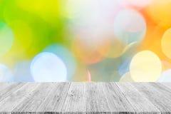 Abstraktes bokeh des Lichtes mit weißer hölzerner Terrasse Stockfotos