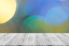 Abstraktes bokeh des Lichtes mit weißer hölzerner Terrasse Lizenzfreies Stockfoto