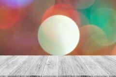 Abstraktes bokeh des Lichtes mit weißer hölzerner Terrasse Stockbild