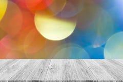 Abstraktes bokeh des Lichtes mit weißer hölzerner Terrasse Lizenzfreie Stockfotos