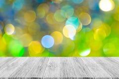 Abstraktes bokeh des Lichtes mit weißer hölzerner Terrasse Stockfoto