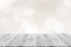Abstraktes bokeh des Lichtes mit weißer hölzerner Terrasse Lizenzfreie Stockfotografie