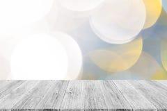Abstraktes bokeh des Lichtes mit weißer hölzerner Terrasse Lizenzfreie Stockbilder