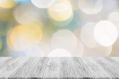Abstraktes bokeh des Lichtes mit weißer hölzerner Terrasse Lizenzfreies Stockbild