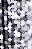 Abstraktes bokeh von weißen Stadtlichtern auf schwarzem Hintergrund defocused und verwischt vielen ringsum Licht lizenzfreie abbildung