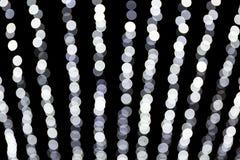 Abstraktes bokeh von wei?en Lichtern auf schwarzem Hintergrund defocused und verwischt vielen ringsum Licht lizenzfreie abbildung