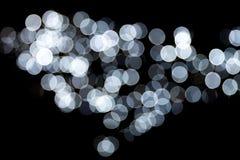 Abstraktes bokeh von wei?en Stadtlichtern auf schwarzem Hintergrund defocused und verwischt vielen ringsum Licht lizenzfreie abbildung