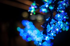 Abstraktes bokeh würzen blauer purpurroter heller Funkelnhintergrund für Weihnachts- und des neuen Jahresfestival Stockbilder