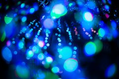 Abstraktes bokeh würzen blauer purpurroter heller Funkelnhintergrund für Weihnachts- und des neuen Jahresfestival Lizenzfreie Stockfotografie