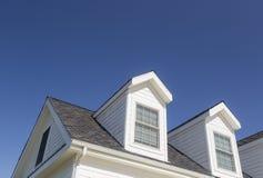 Abstraktes Dach des Hauses und des Windows gegen tiefen blauen Himmel Lizenzfreies Stockfoto