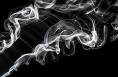 Abstraktes Dampfmuster: weiße Rauchstrudel und -kurven Stockfotografie