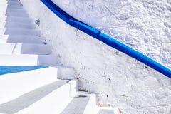 Abstraktes Detail der Architektur der weißen Treppe in Mittelmeerst. Lizenzfreie Stockbilder