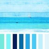 Abstraktes Doppelbelichtungsbild des Segelboots am Horizont auf dem Meer und am hölzernen Plankenhintergrund, Weinlesefilter mit  Lizenzfreie Stockfotos