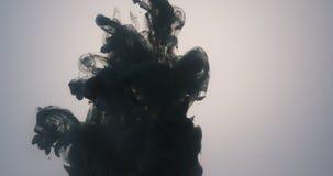 Abstraktes dunkelgraues gegossenes herein Wasser der Acrylfarbe Stockfotos