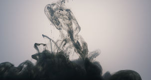 Abstraktes dunkelgraues gegossenes herein Wasser der Acrylfarbe Stockfoto