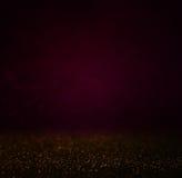 Abstraktes dunkles bokhe beleuchtet des Purpurs, Schwarzen und subtilen Gold des Hintergrundes, Defocused Hintergrund Stockbild