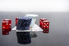 Abstraktes Foto des Kasinos Pokerspiel auf rotem Hintergrund Thema des Spielens lizenzfreie stockfotos