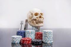 Abstraktes Foto des Kasinos Pokerspiel auf rotem Hintergrund Thema des Spielens stockbild