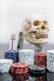 Abstraktes Foto des Kasinos Pokerspiel auf rotem Hintergrund Thema des Spielens lizenzfreie stockbilder