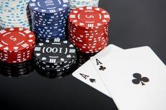 Abstraktes Foto des Kasinos Pokerspiel auf rotem Hintergrund Thema des Spielens lizenzfreies stockbild