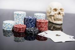 Abstraktes Foto des Kasinos Pokerspiel auf rotem Hintergrund Thema des Spielens stockfoto