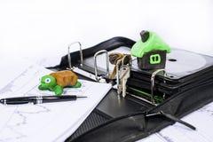 Abstraktes Foto des langsamen Eigentumskaufvorgangs Dokumente umkleiden mit Schildkröte Stockfotografie