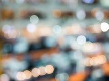 Abstraktes Foto des Lichtes sprengte Regentropfen und funkelt bokeh Lichthintergrund lizenzfreies stockfoto